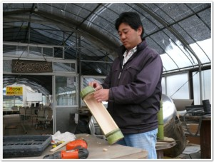 竹でプランターを作る隆治