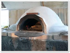 ピザ窯でピザを焼いている最中