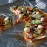 ホタテ入りのピザ