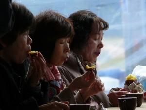 ホクホクのお芋を食べる
