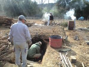 伏せ焼き窯で炭焼き