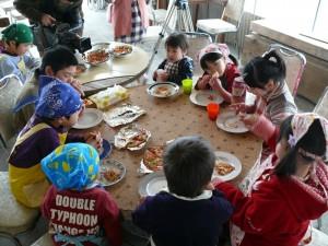 みんなでピザを食べて