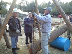 丸太を吊るし上げる