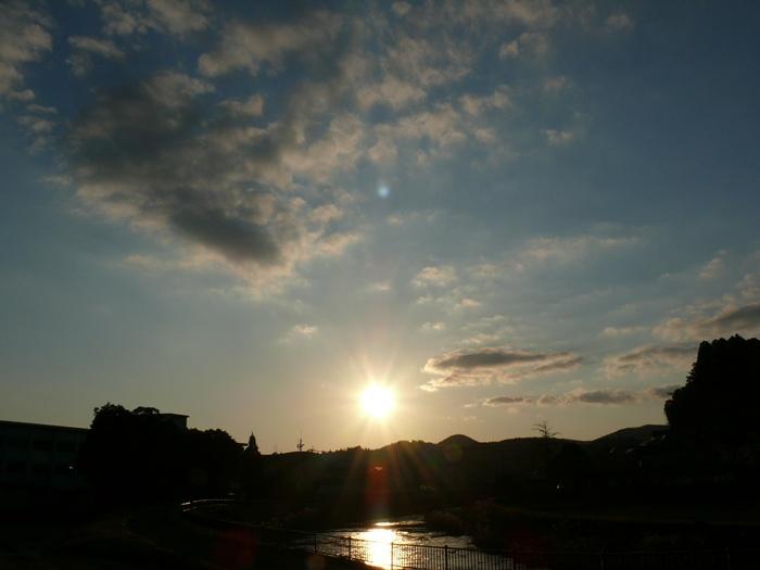 茜川の上流に沈む夕日