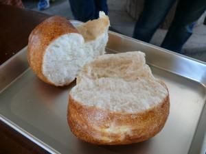 表面はカリカリ中はモッチリのパン