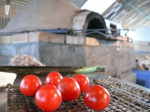 トマトを土窯で焼いてみる