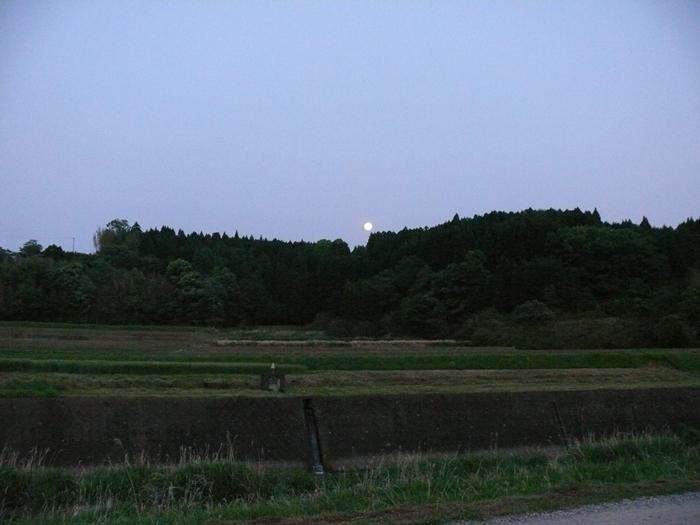夕暮れ、月の見える千歳町