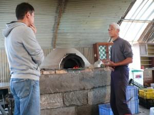 ピザ窯の扱い方を説明