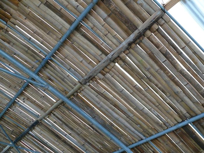 燻した竹で屋根をつくる