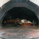 4枚のピザを窯で一度に焼く