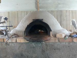 改良ハウス内にあるピザ窯
