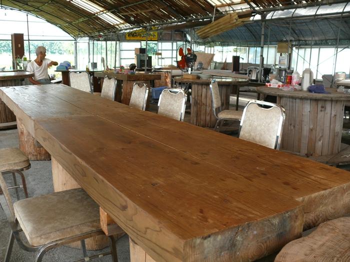 自家製の木テーブル
