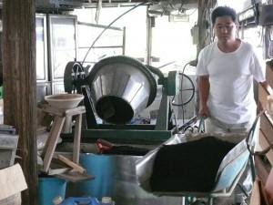 改造一輪車で黒土を運ぶ