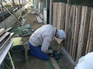 鶏の餌を置く台を構築