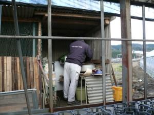 鶏小屋横の台所内
