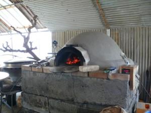 ピザ窯に火を入れる
