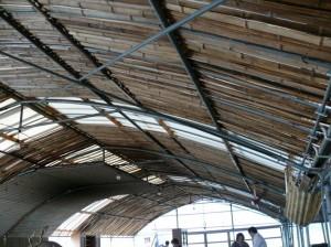 自然の竹屋根とハウス