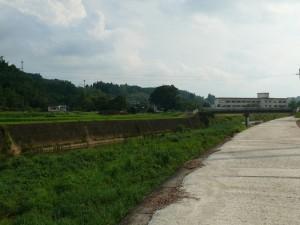 茜川上流側に千歳中学校