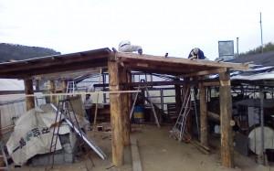 屋根取り付け作業中