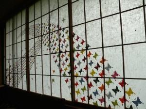 安部榮四郎記念館の玄関窓