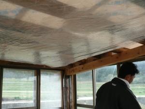 天井をビニールで覆う