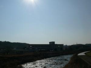 千歳町の茜川と校舎
