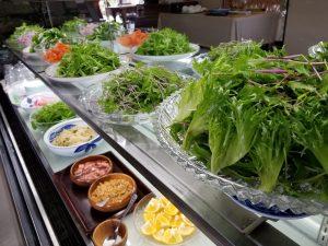 野菜を摘む